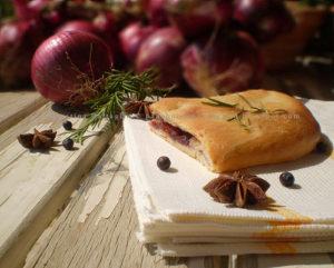 Schiacciata a lievitazione naturale alla Mousse di Cipolle di Tropea e Capocollo di Calabria DOP