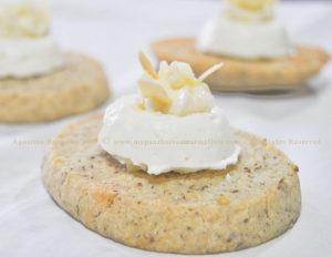Biscotto Sablé al parmigiano con mousse ai formaggi e mousse di pera