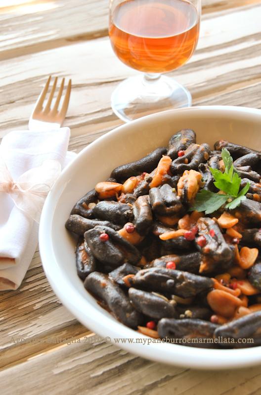 cavatelli neri, cicerchie e frutti di mare