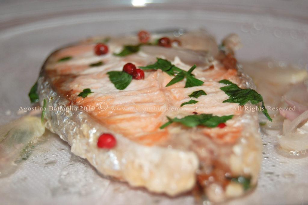 salmone allo scalogno e pepe rosa .