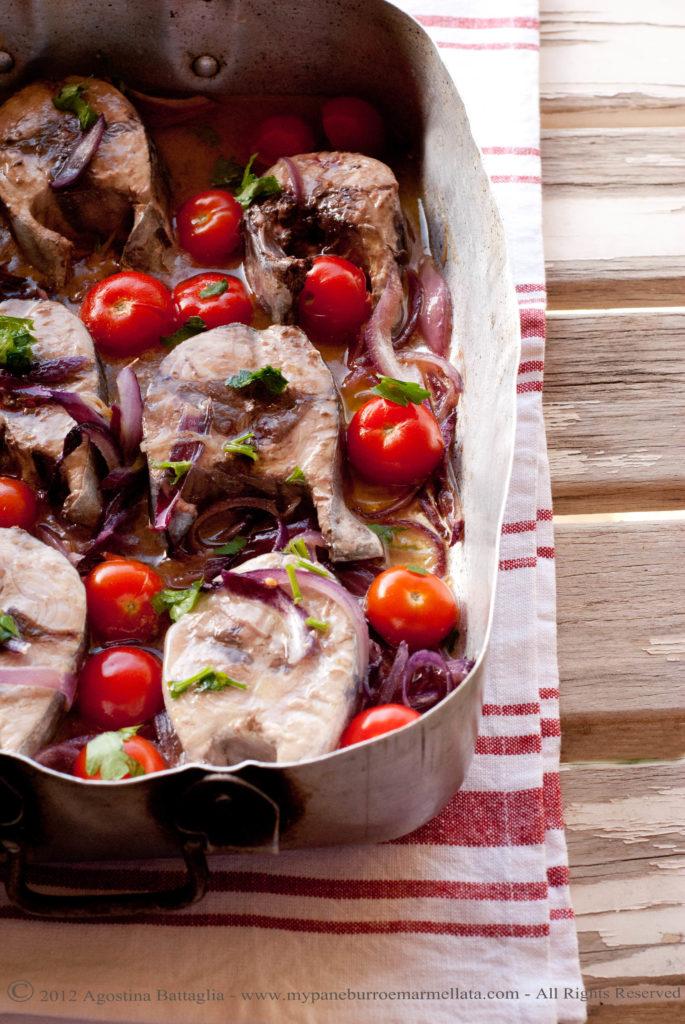 tranci di tonno con pomodorini e cipolle