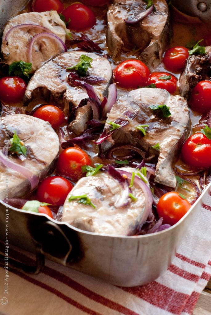 tranci di tonno con pomodorini e cipolle part