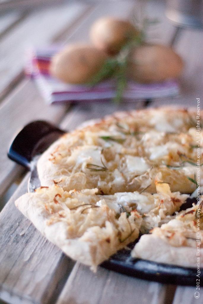 pizza patate, mozzarella e rosmarino - fetta