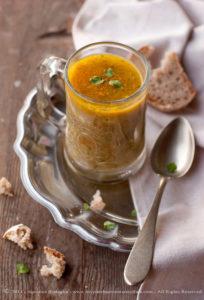 Zuppa estiva di tenerumi (taddi) e zucchine alla curcuma