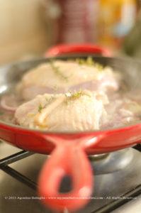 Sovracosce di pollo alle cipolle, timo limone e champignon
