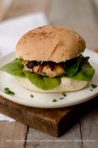 Burger di salmone e cipolle caramellate (senza lattosio)