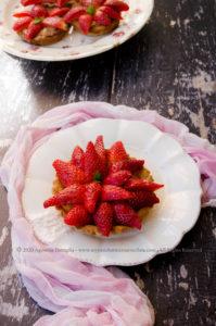 Crostatine alle fragole con crema pasticcera al bergamotto senza lattosio