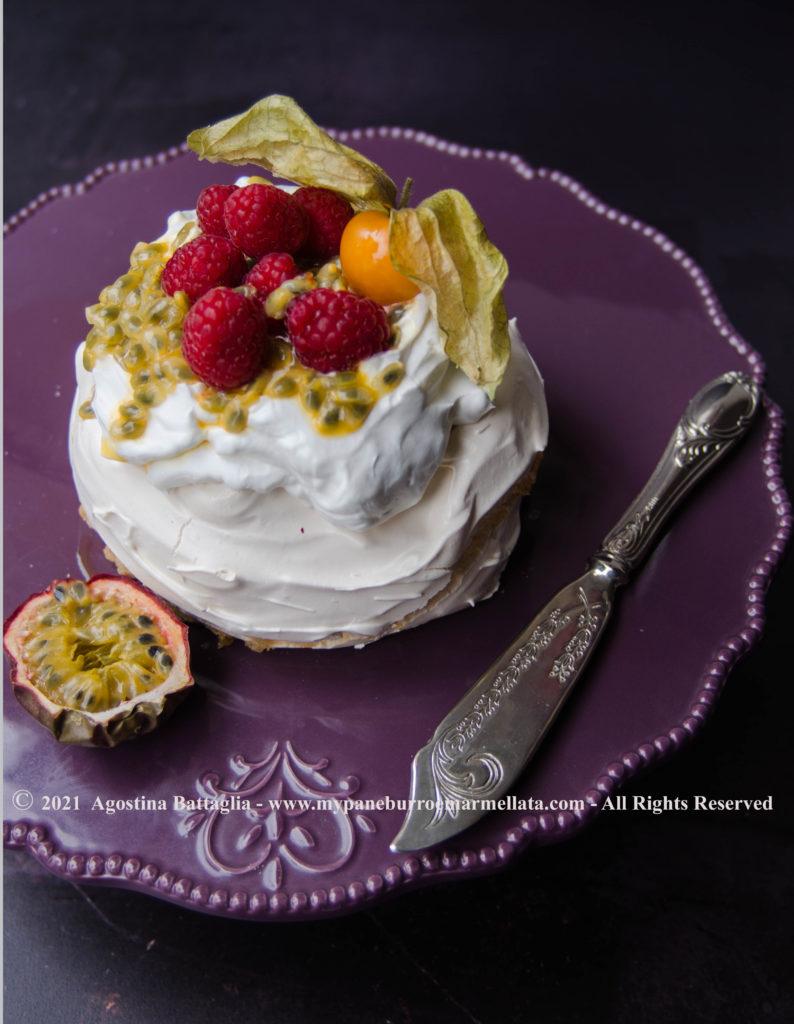 Pavlova frutto della passione - lampone - alchechengi
